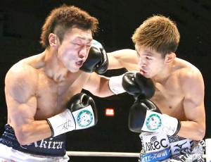 2012年6月に行われたWBC・WBA世界ミニマム級王座統一戦で壮絶な打ち合いを見せたWBC王者・井岡一翔(右)とWBA王者・八重樫東