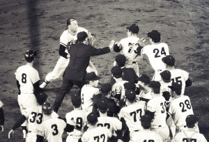 1968年9月18日の阪神・巨人戦第2試合の4回2死二塁 バッキー投手(上左)の投球をめぐって両軍が乱闘。荒川博コーチ(背73)も応戦(甲子園球場)