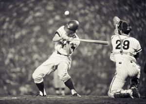 1968年9月18日、阪神・巨人戦第2試合の4回2死二塁、権藤の3球目が王(左)の頭部にあたる(甲子園球場)