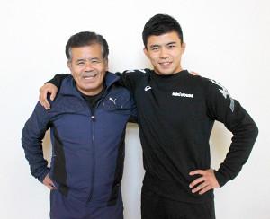 父・敏郎さん(左)と肩を組む
