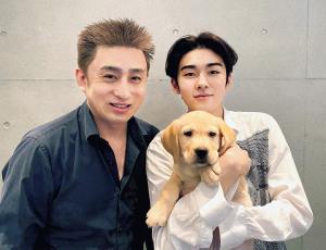 珍しく髪を染めた松本幸四郎(左)と愛犬ニッキーを抱く市川染五郎