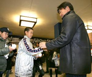 07年4月4日、ヤンキースタジアムの試合が雨で中止となったが、松井秀喜にサインをもらって笑顔を見せる京田