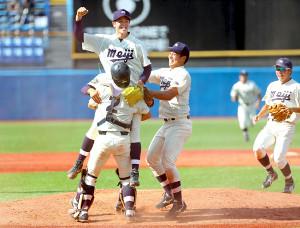 昨年の全日本大学野球選手権で優勝し喜ぶ明大・森下暢仁(中央)ら