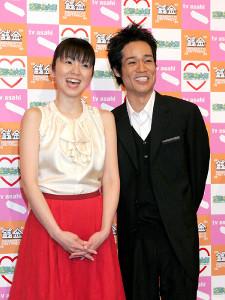 05年、結婚会見を行った渡辺満里奈(左)と名倉潤