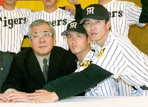 2000年12月14日、阪神の入団発表に臨んだ野村克也監督(左)と赤星憲広(右、中は伊達昌司)