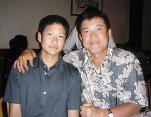 原監督(右)と記念写真に納まる中学生時代の菅野