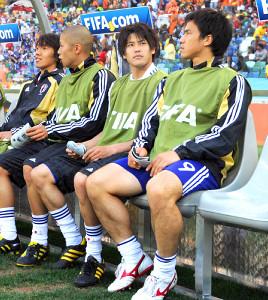 10年南アフリカW杯のオランダ戦、ベンチで試合開始を待つ内田(右から2人目、右端は岡崎、左から中村俊、森本)