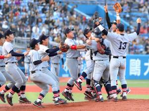 昨年の秋季リーグ戦で3季ぶり優勝を果たし、歓喜する慶大ナイン