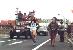 1987年大会で早大3区を走った神能さん。母・知加子さんは思わず沿道から駆け寄って伴走した。昭和ならではのワンシーンだ(神能さん提供)