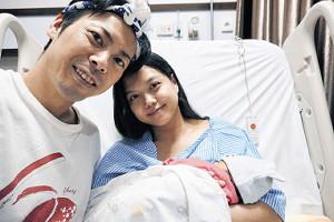 第1子の誕生を喜ぶアキラ・コンチネンタル・フィーバーとディアスタ・プリスワリニ