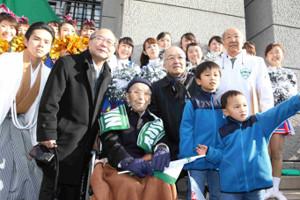 2017年1月3日、復路ゴール付近で青学大の優勝を関係者たちと喜ぶ森豊さん(前列中央)