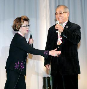 シダックスGM兼監督時代の野村克也さん(右)と沙知代夫人(2005年11月、赤坂プリンスホテルで)
