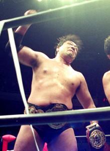 トレードマークの「オー!」ポーズを決める現役時代のジャンボ鶴田さん