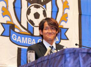 11年6月、バイエルン・ミュンヘンへの移籍が決定した宇佐美は大阪府内のホテルで会見を行なった