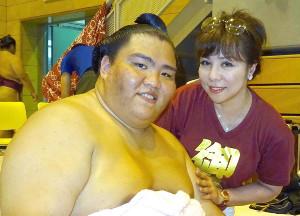御嶽海(左)と母のマルガリータさん