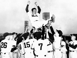 1953年、パ・リーグの3年連続優勝を決めて難波球場で胴上げされる南海ホークスの山本一人監督