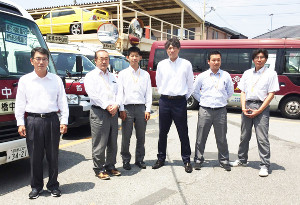 巨人などで活躍した林昌範さん(右から3人目)は船橋中央自動車学校の総務部長として日々奮闘している(昨年撮影、本人提供)