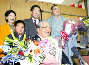 05年11月、父親の現・佐渡ケ嶽親方の引退発表に出席した、少年時代の琴ノ若(手前左)と祖父の元横綱・琴桜(同右)
