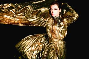 蝶をイメージして金の衣装を身につける氷川きよし