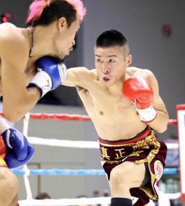 2018年7月、WBO世界ミニマム級のV2戦でビック・サルダール(左)と戦った山中竜也さん