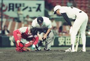 1990年9月25日、阪神ー広島戦。広島の達川光男(左)がコンタクトレンズを落とす