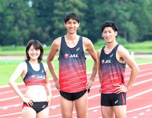 並んでポーズ決める(左から)女子短距離・土井杏南、男子走り高跳び・戸辺直人、男子三段跳び・山本凌雅(JAL提供)