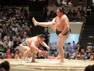 初切を披露する勝武士(左)と恵比寿丸