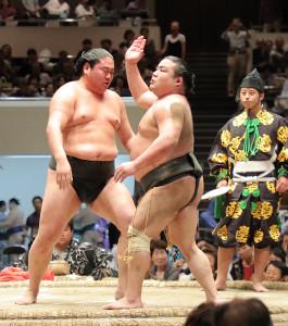 初切を披露する勝武士(中央)と恵比寿丸