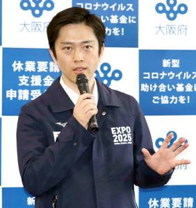 大阪府庁で報道陣の囲み取材に応じた吉村洋文知事