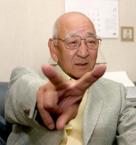 フォークの握りを披露する杉下茂氏
