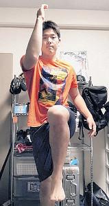 寮の自室で体幹トレーニングをする安田(球団提供)