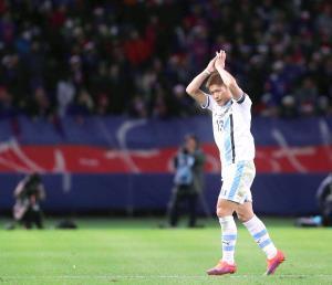 16年12月、天皇杯準々決勝・F東京戦の後半途中、ピッチを退く際に頭上で手をたたく川崎・大久保