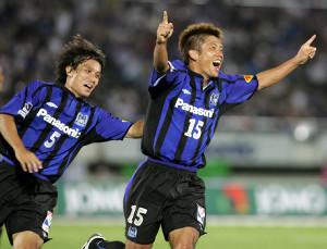 05年8月27日の横浜M戦の後半ロスタイム、決勝ゴールを決めて喜ぶ渡辺(右)左は宮本
