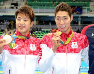 リオ五輪競泳男子400m個人メドレー銅メダルの瀬戸大也(左)と金メダルの萩野公介
