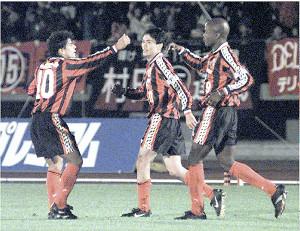 1997年、コンサドーレ札幌のJFL優勝に貢献したFWバルデス(右)とマラドーナ(左)