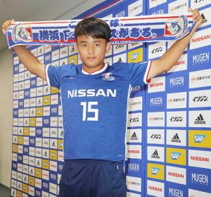 18年8月、横浜Mに移籍し会見する久保