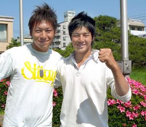 マンシングウェアKSBカップ優勝から一夜明け、石川遼(右)が、キャディーを務めた塘田隼也さん(左)と喜びのガッツポーズ
