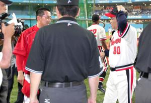 試合前にメンバー交換をする広島・野村監督(左)とオリックス・岡田監督