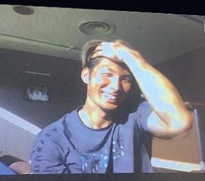 オンライン取材で髪をかきあげる大田