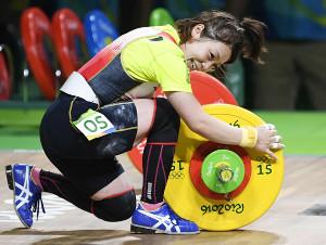 16年リオ五輪、重量挙げ女子48キロ級で銅メダルを獲得し、バーベルに抱きついて喜ぶ三宅宏実(共同)