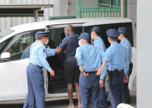 送検されたボビー・オロゴン容疑者(左から2人目、画像は一部加工)