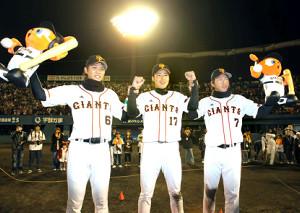 11年の開幕戦で(左から)二塁打2本の坂本、勝利投手の東野、7回に3ランを放った長野