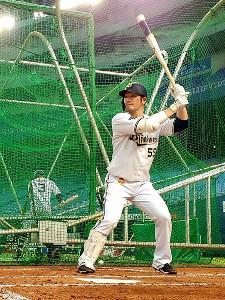打撃練習を行うオリックス・T-岡田(球団提供)