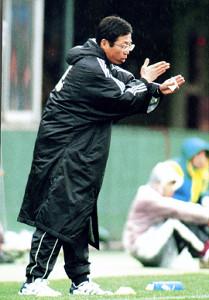 選手に指示を出す岡田武史監督