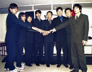 99年のシーズン開始前に新入団選手と一緒に会見した岡田武史監督(中央)