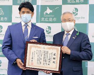 北広島市役所で上野市長(右)から感謝状を授与された稲葉SCO