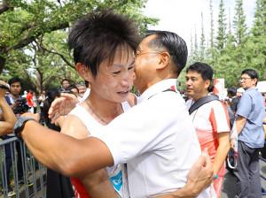 ゴール後、駒大・大八木監督(右)と抱き合って喜ぶ中村