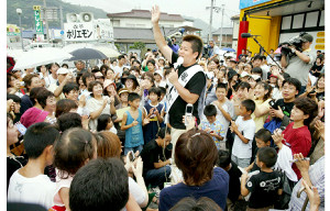 05年、衆院広島6区から立候補し、街頭で支持を訴える堀江氏