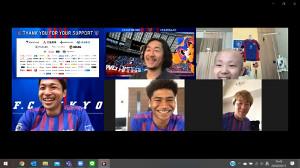 リモートで入院中の少年(上段右)と交流したF東京の選手たち。上段中央から、石川直宏クラブコミュニケーター、森重真人(下段左)、バングーナガンデ佳史扶(同中)、永井謙佑(提供・F東京)