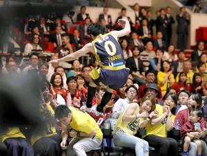 川崎とのBリーグチャンピオンシップの第4クォーター、ライン際のボールを取ろうと客席に突っ込む栃木・田臥